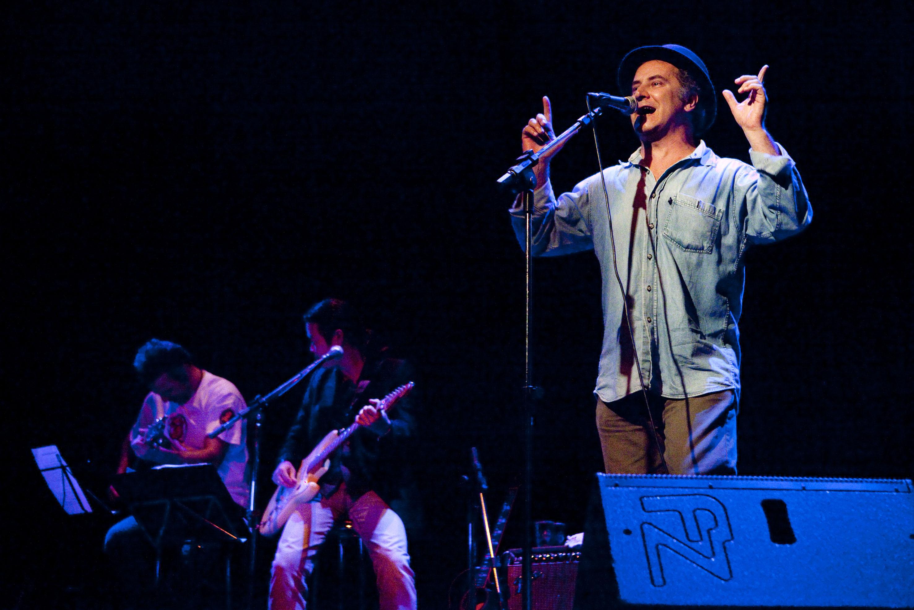 Espetáculo Pessoas Físicas, Sesc Vila Mariana, com os músicos Fabio Brum e Marcelo Watanabe, São Paulo (2010). Foto Edson Kumasaka