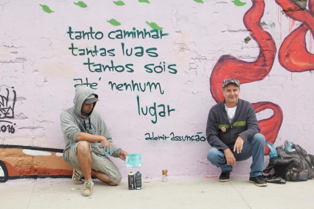 Com o grafiteiro Tito, São Miguel Paulista, zona leste de São Paulo (2016). Foto Juvenal Pereira