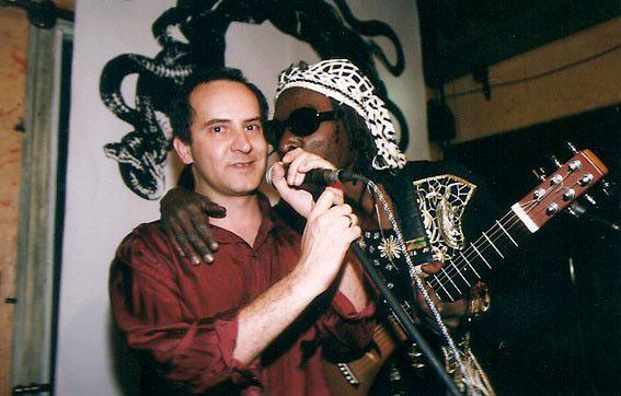Com Itamar Assumpcao, no Finnegans Pub, São Paulo (1999). Foto Juvenal Pereira
